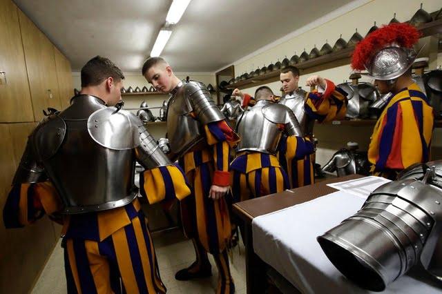 garda swiss kenakan pakaian kerja